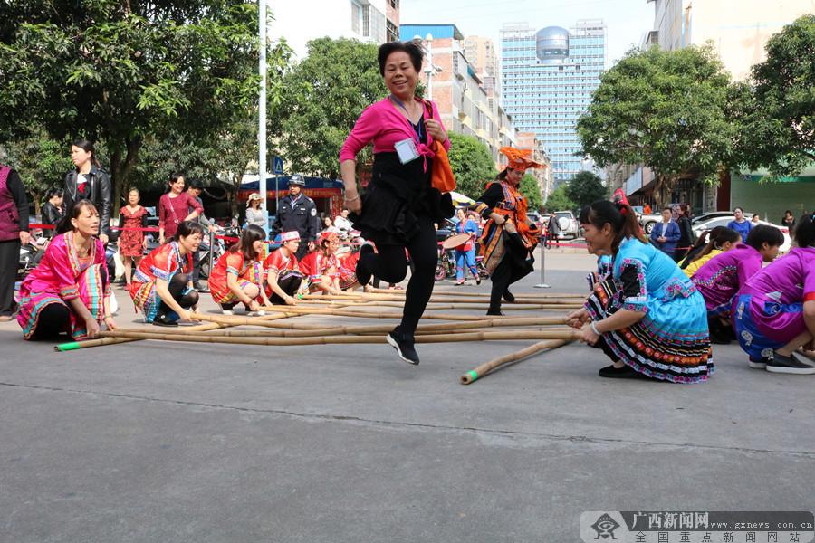 """来宾一幼儿园摆长桌跳竹竿舞 传承""""壮族三月三""""文化"""
