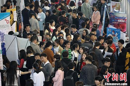 图为招聘会现场。 <a target='_blank' href='http://www.chinanews.com/'>中新社</a>记者 泱波 摄