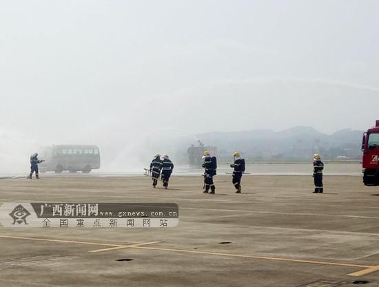 应对突发事件应急处置 南宁机场消防开展演练(图)