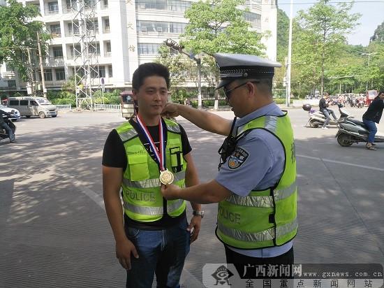 """柳州网友现场体验交警执勤 """"揪""""出酒驾司机(图)"""