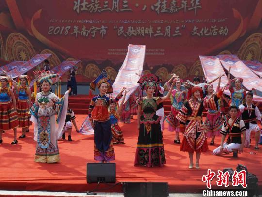 """广西南宁民众庆""""三月三""""上演非遗歌舞美食盛宴"""