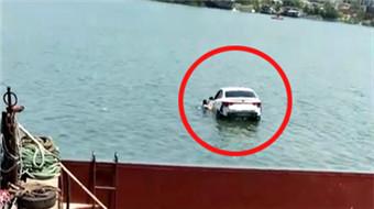 焦点图:轿车离奇坠河 司机拒救助溺亡