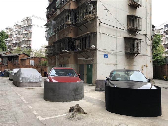 """4月20日焦点图:汽车集体穿""""裙子"""" 不为时尚为防鼠"""