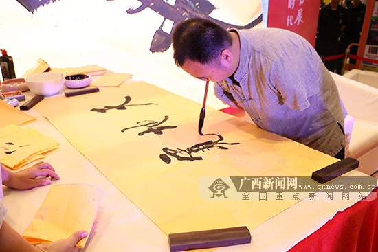 口足书画家汤展中在南宁作励志演讲(图)