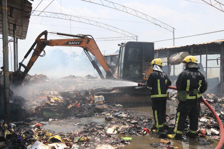田阳一废纸回收场着火 现场调挖掘机协助灭火(图)