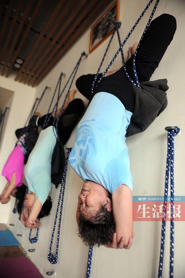 """坚持练习瑜伽7年 74岁奶奶变身""""蜘蛛侠""""(组图)"""