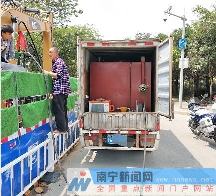 网上赌博平台:南宁一小货车街头为小车非法加油_被警方当场查获