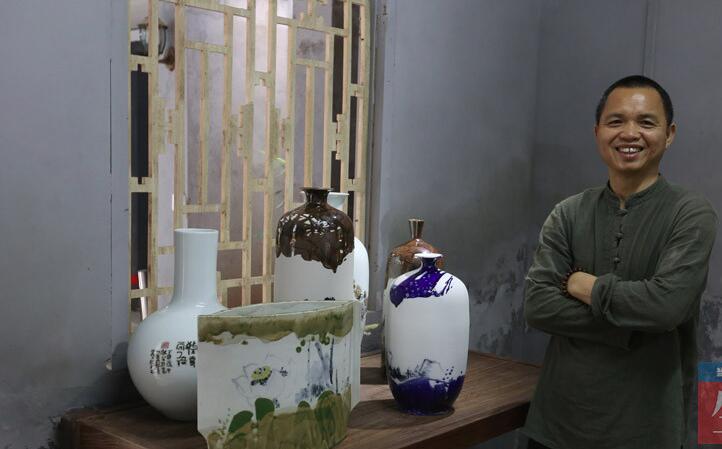 高清:特色陶瓷 他的瓷器画着广西山水