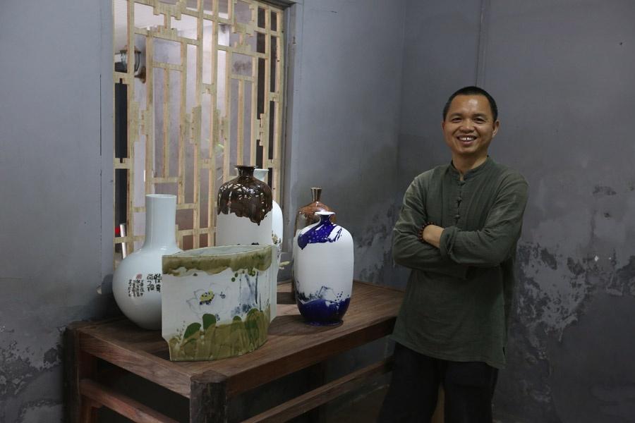 音乐老师做出特色美术陶瓷 他的瓷器画着广西山水