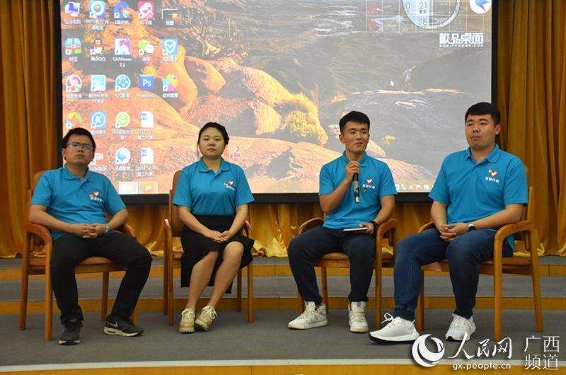 图为宣讲会上,四位志愿者正在给同学们解疑答惑。(赵洋君-摄)