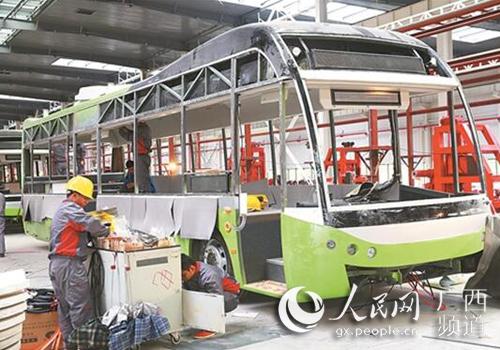 近日,广西华奥新能源汽车生产车间内,工人正在紧张有序地组装车辆。