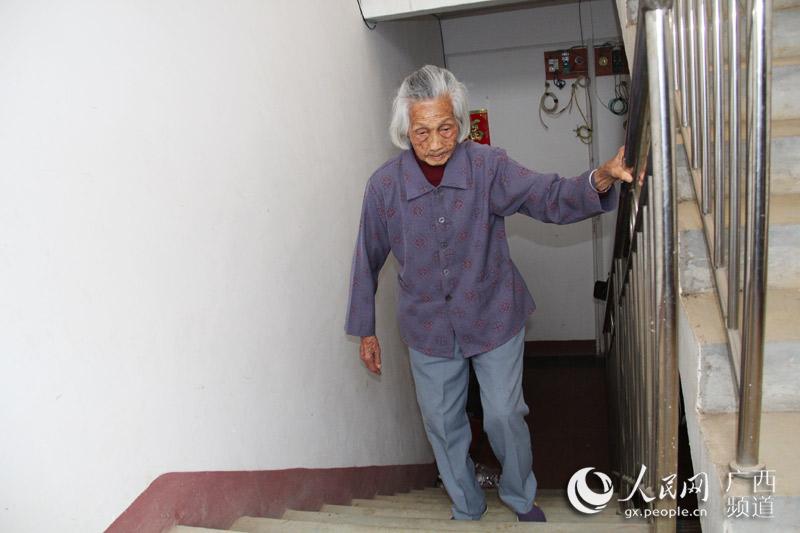 李润娣老人手脚麻利,经常爬楼梯到屋顶走动(庞冠华/摄)