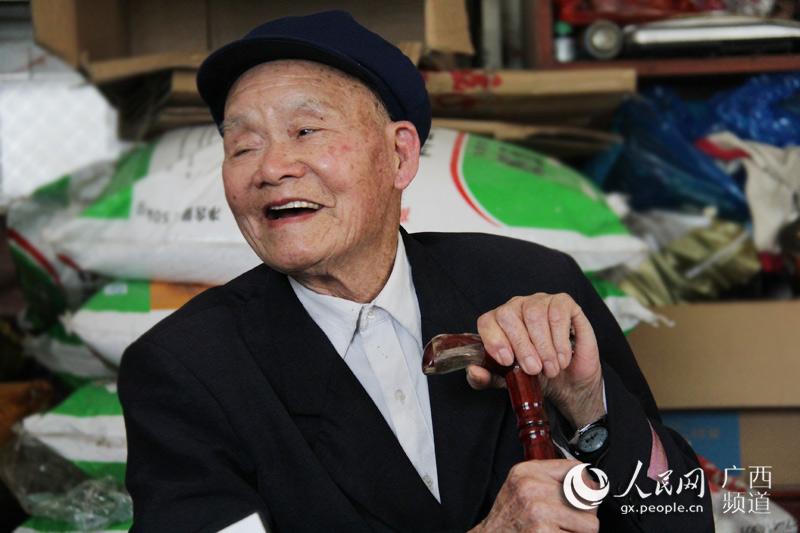 91岁的钟山县回龙镇凤凰山村董世超老人在养生方面颇有心得(庞冠华/摄)