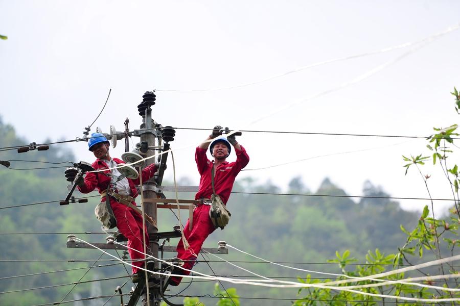 龙胜电力工人坚守岗位保障电力供给(组图)