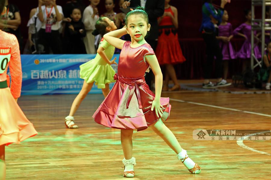 2018广西体育舞蹈锦标赛:2400余选手刷新赛会记录