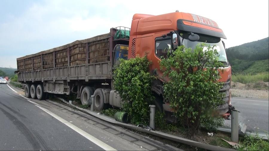 司机违法变道致两货车相撞 40米护栏被撞坏(图)