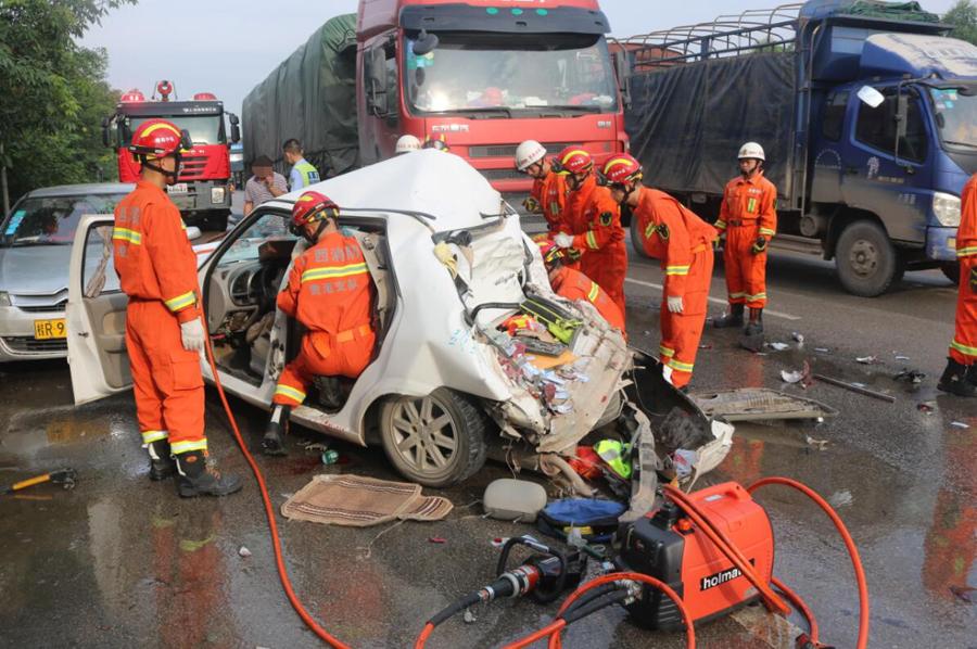 大货车与两辆教练车发生碰撞 导致4人受伤(组图)