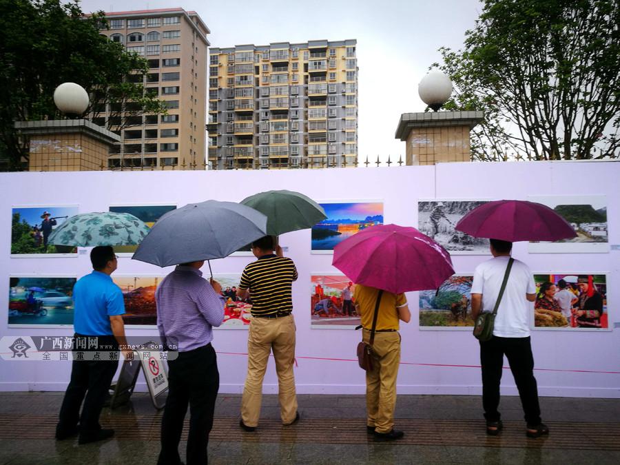 大化举办职工书画摄影展 群众雨中观展热情不减