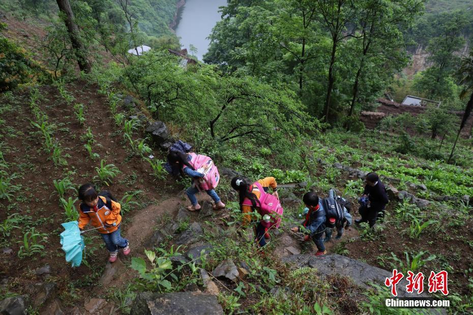 时时彩十大信誉平台:贵州乡村教师31年守护学子悬崖求学路
