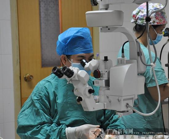 """柳州市红十字会医院:眼科专家的""""刀尖起舞"""""""