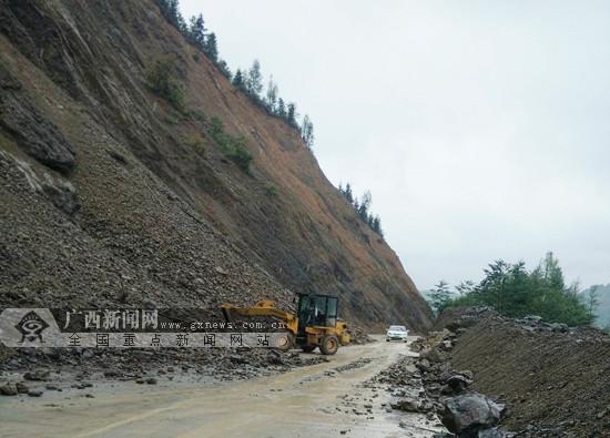 凤山境内一公路发生塌方 公路部门抢险恢复通车