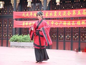 高清组图:桂林上百位汉服爱好者表演传统成人礼