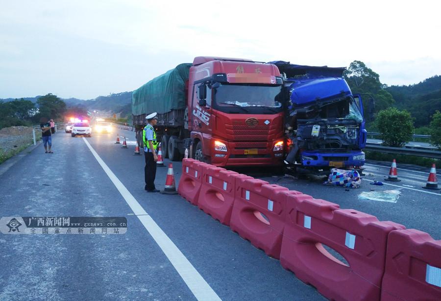 兰海高速两货车发生碰撞 事故导致一人死亡(组图)