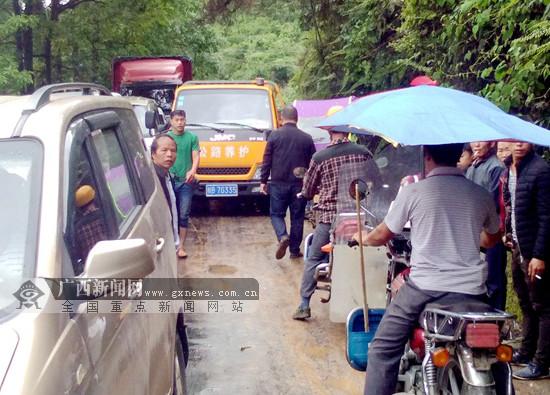 大雨致融水大浪镇境内一公路塌方 干群合力抢通