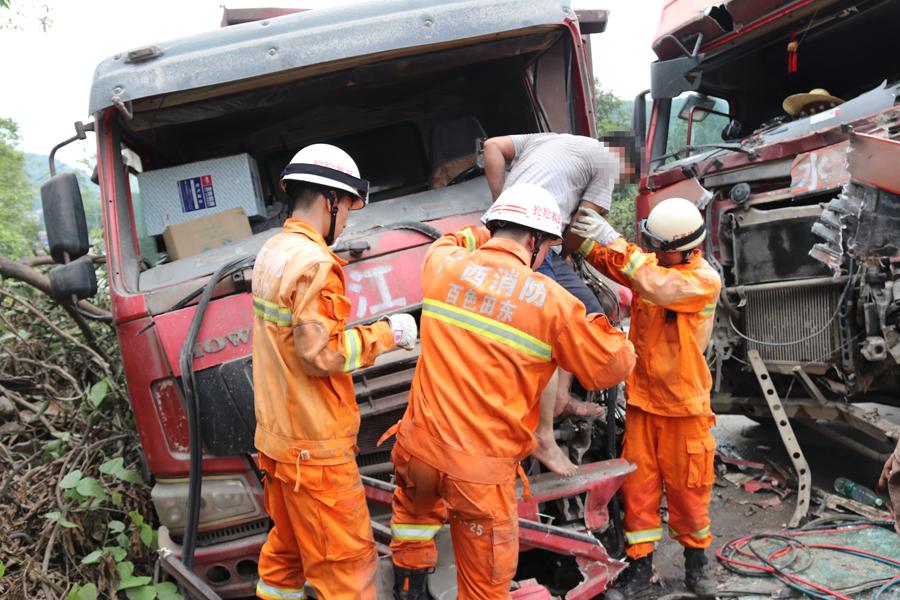 水泥罐车与泥头车相撞车头变形 被困男子获救(图)