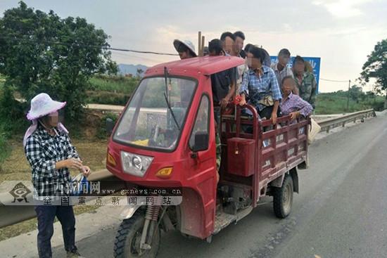 危险!田东一辆三轮摩托车严重超员挤进18人(图)