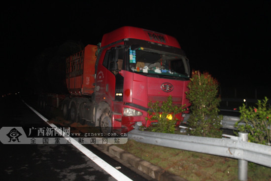 """司机打了个盹 货车""""骑""""上高速路中央隔离带(图)"""