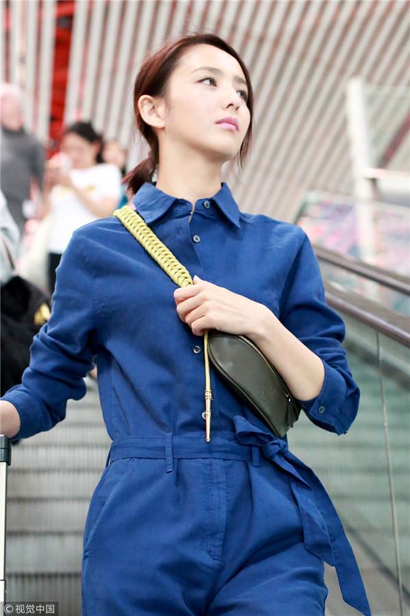 佟丽娅穿连体工装率性可人 自推行李亲切感十足