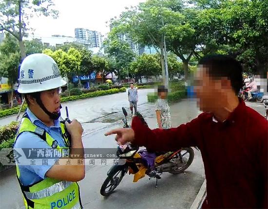 这个男子太嚣张!无证驾驶还辱骂交警执勤人员(图)