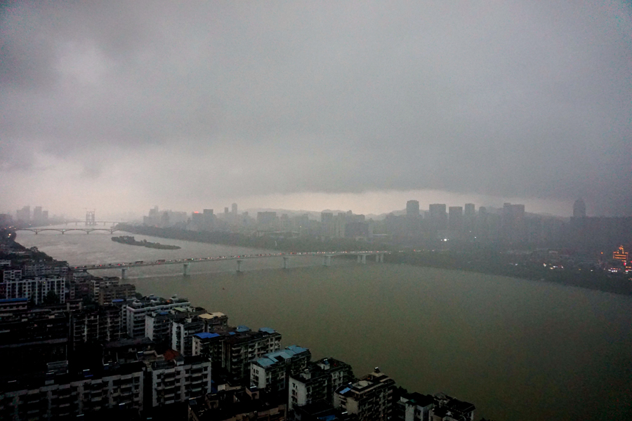 高清组图:暴雨袭城 龙城白天如黑夜