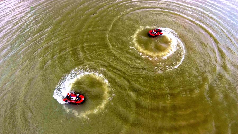 """航拍:水上救援队练就""""浪里白条"""" 争做""""救命天使"""""""