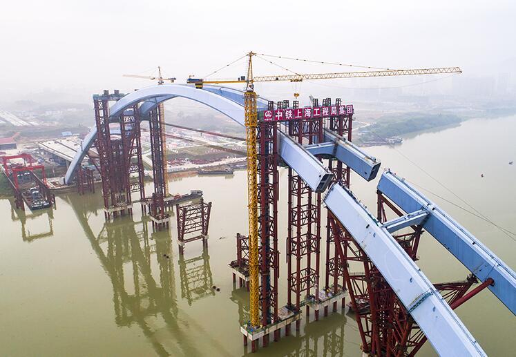 广西柳州:5885吨大桥中拱段钢箱整体提升68米(图)