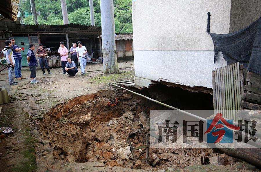 融水一居民楼地面塌陷约30平方米 46人被转移(图)
