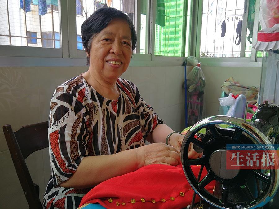 经历虽坎坷却乐观豁达 67岁的她找乐有一套(组图)