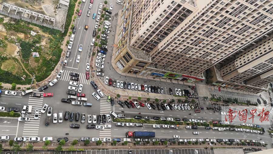 """""""见别人停车我也停"""" 南宁一些市政道路竟成停车场"""
