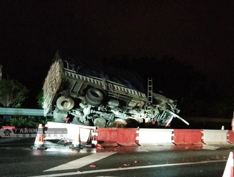 途经施工路段不减速 驾驶员操作不当致货车侧翻