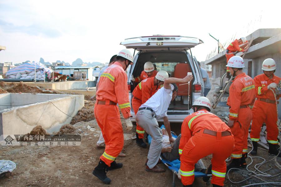 男子施工掉入5米深在建池内 头部受伤送医(组图)