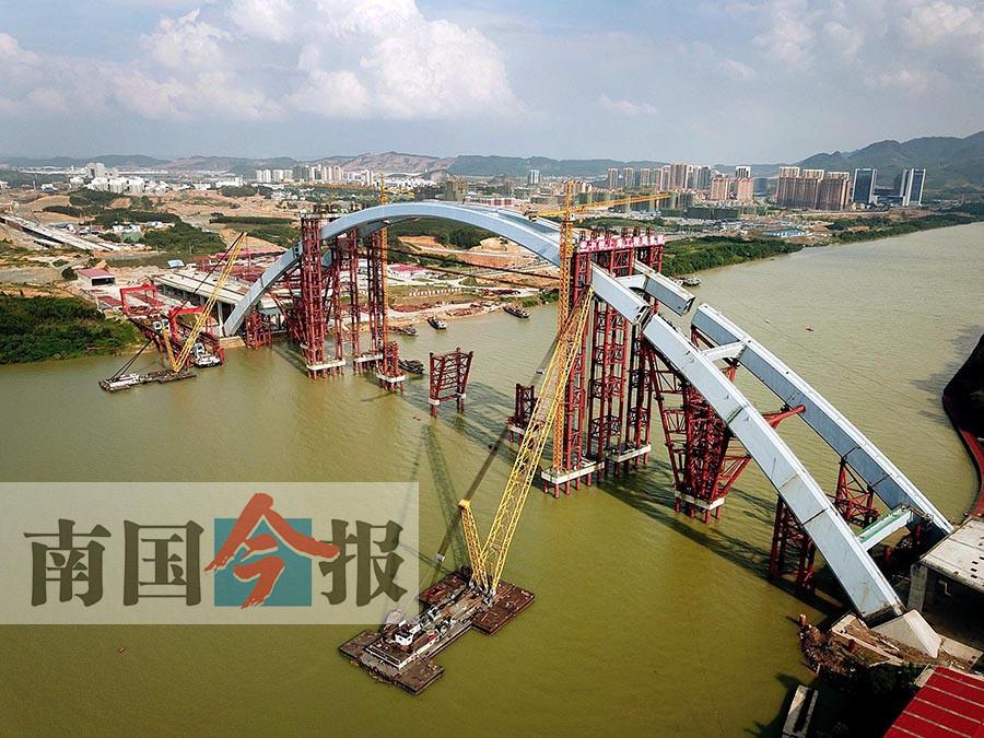 柳州官塘大桥中拱段整体提升到位 创三项世界纪录