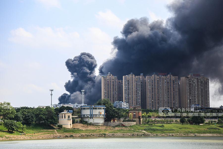 高清组图:南宁一仓库突发大火 燃烧超4小时后被扑灭