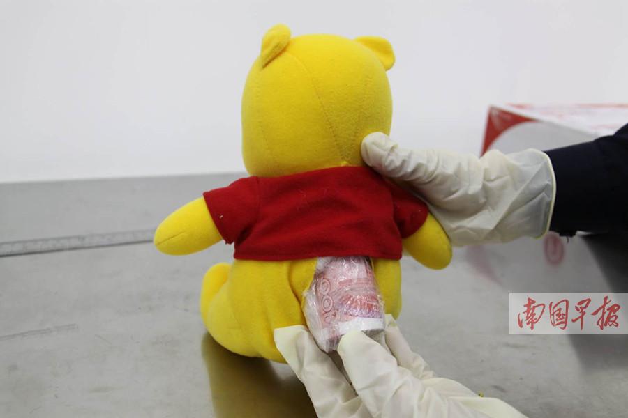 5月17日焦点图:寄玩具熊夹藏人民币 海关扣了7000元