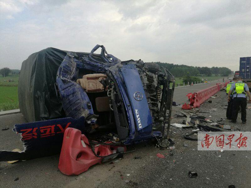 泉南高速两货车迎头相撞致2死1伤 堵车十公里(图)