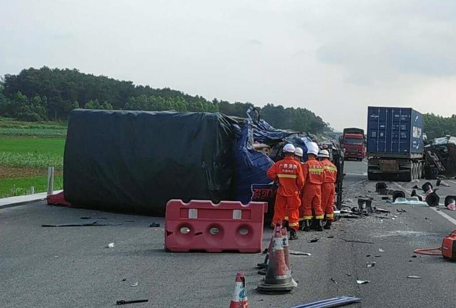 泉南高速两辆货车迎面碰撞 事故造成两死两伤(图)