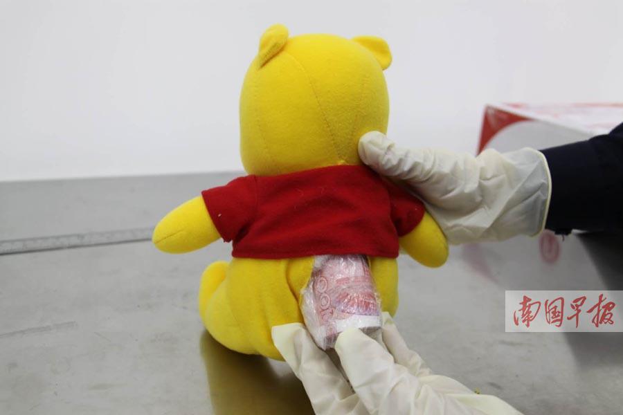 邮寄玩具熊入境夹藏着人民币 海关扣了7000元(图)
