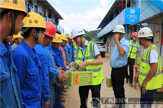 清凉送工地 五建安装工程分公司慰问一线建设者