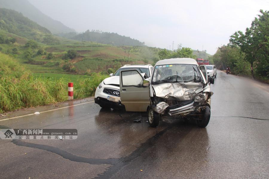 面包车和汽车相撞 面包车驾驶员头部受伤获救(图)