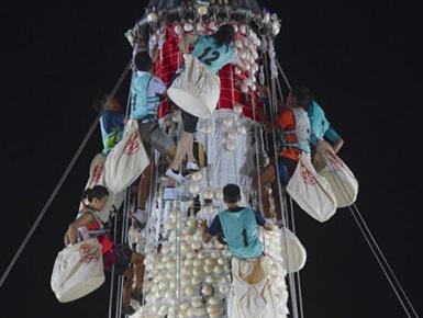 香港长洲太平清醮举行抢包山比赛